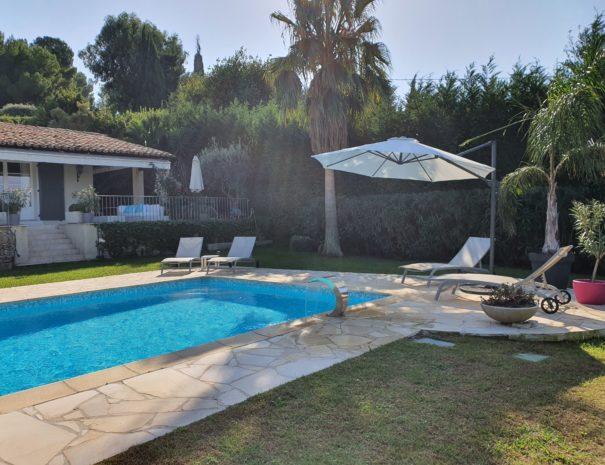 Coin repos au bord de la piscine et son jardin