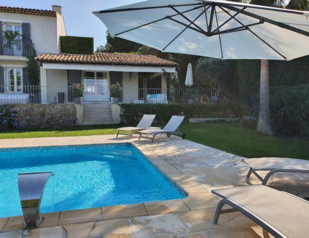 Chaises longues et piscine de la villa sur le cannet